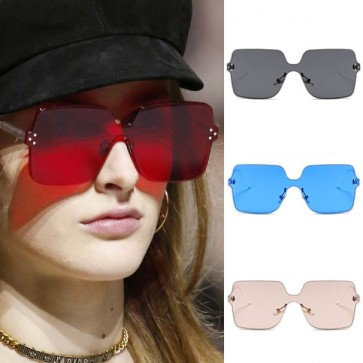 Simplified flat lens lightweight glamour square sunnies